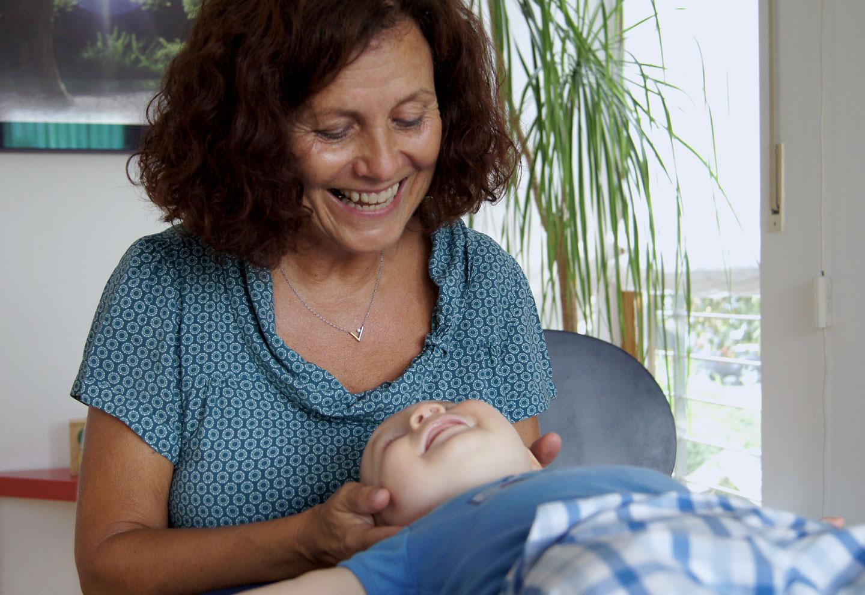 Osteopathie-Baby gehalten am Kopf