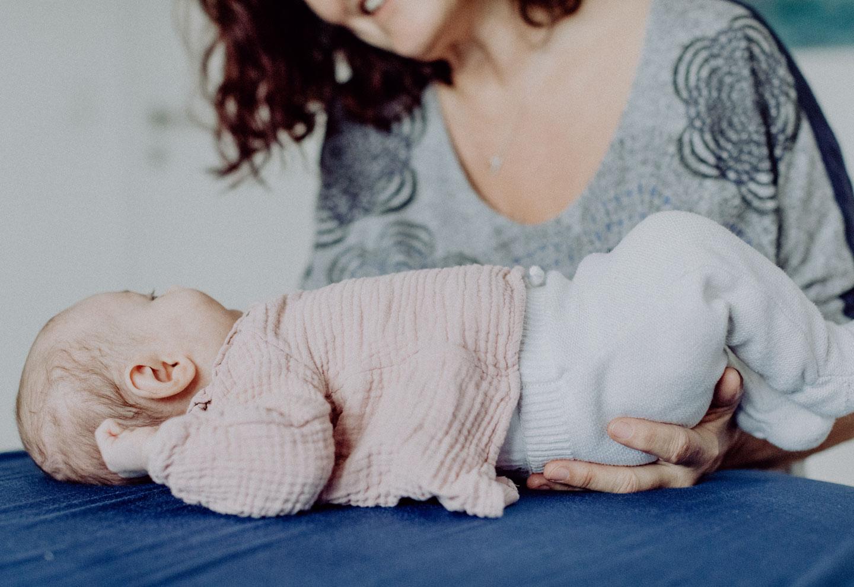 Osteopathie-Baby gehalten Huefte