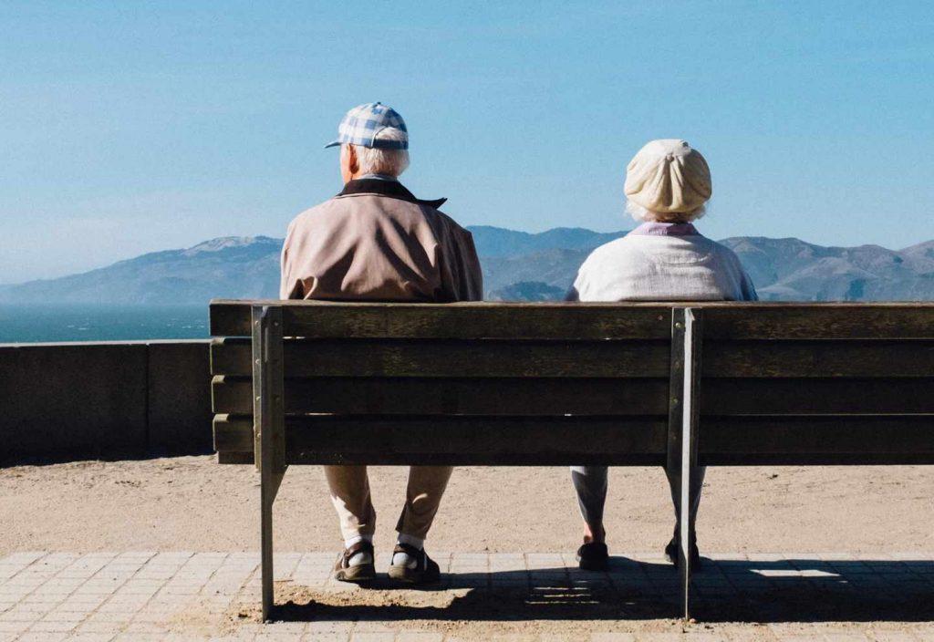 Senioren auf einer Bank