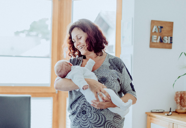 Andrea Nürnberger behandelt ein Baby osteopathisch auf dem Arm